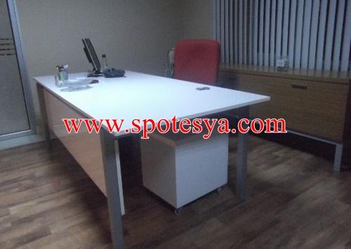 beyaz renkli ofis masası